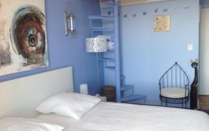 La chambre Chagall  bleue, est un hommage à la terre russe,  au folklore de Paris mais aussi de Provence. Il a peint  Saint Paul de Vence et un musée lui est consacré à Nice.