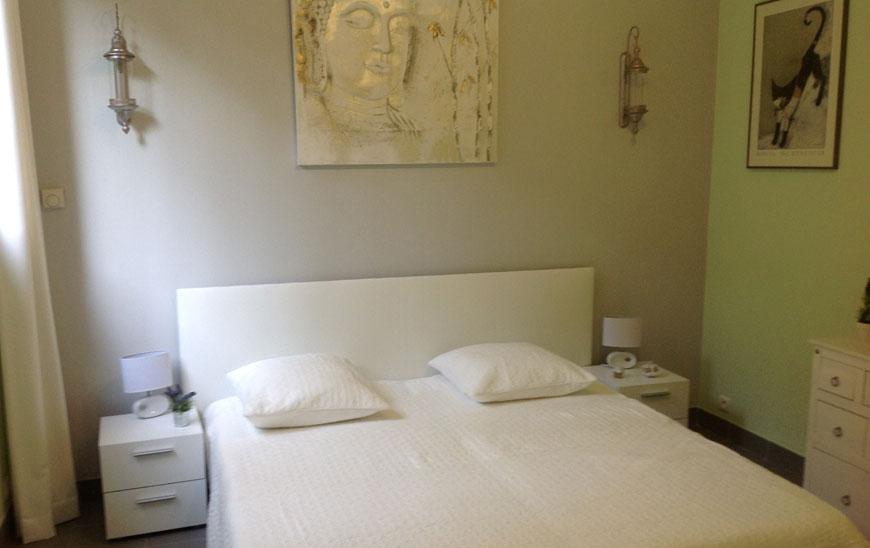 La chambre Matisse,  de vert et de gris. Il  a maîtrisé le fauvisme et est  un des plus brillants plasticiens du 20e siècle notamment  par l'utilisation de collages de papiers gouachés et par la fabrication de vitraux  comme ceux de  «La chapelle des Dominicaines à Vence». Un musée lui est  d'ailleurs consacré à Nice.
