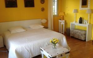 La chambre Van Gogh  de couleur jaune, en référence à ses toiles « Les bouquets de tournesols » et « Les champs de blé ». Il s'établit quelques temps en Provence notamment dans la ville d'Aix-en –Provence qui lui rend régulièrement hommage aux travers de diverses expositions.