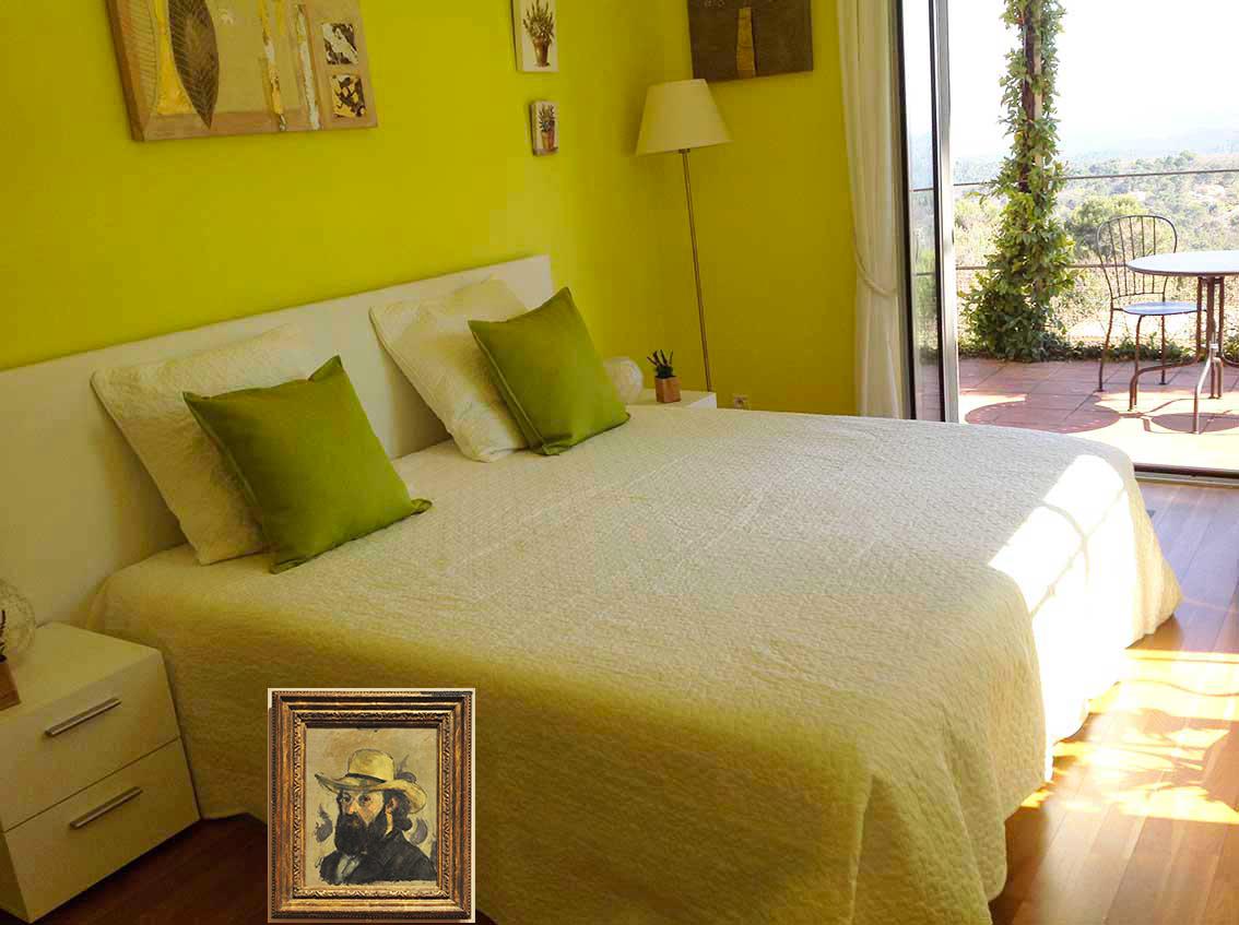 La chambre Cézanne  verte aux couleurs chantantes, en mémoire à  » Ses grandes baigneuses » ou  » La fameuse Montagne Sainte Victoire », tableaux peints dans la lumière vive et le silence de la campagne aixoise qu'il a arpentée inlassablement. Peintre impressionniste et précurseur du mouvement cubiste, par la magie de ses mains, il a fait naître le silence.