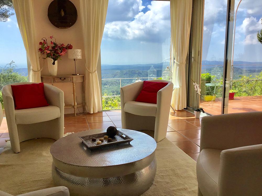 Salon de la villa avec piscine à Tourettes sur Loup Côte d'Azur